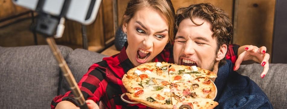 influenciadores-comendo-pizza