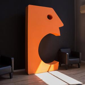 Bocão esculpido em laranja no saguão da empresa